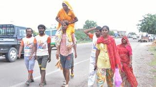 मा को कन्धे पर बिठाकर कर रामदेवरा ले जाता बेटा