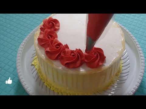 Bolo decorado com rosas de chantilly e técnica drip cake