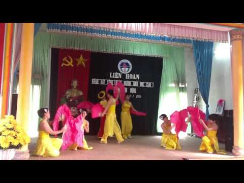 """Múa """" Đất nước lời ru""""Thanh Thủy cùng tốp múa MNHA trình bày."""