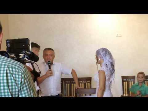 Узкое платье невесты. Как оригинально снять подвязку с невесты? Снятие подвязки невесты