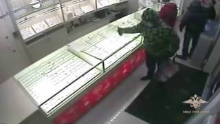 В Москве сотрудники полиции задержали подозреваемого в вооружённом нападении на ломбард(, 2017-04-25T06:58:46.000Z)