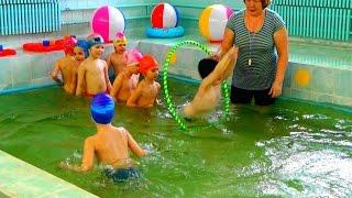 Как научить ребенка плавать УРОКИ ПЛАВАНИЯ в бассейне Игры в бассейне Бассейн в детском саду