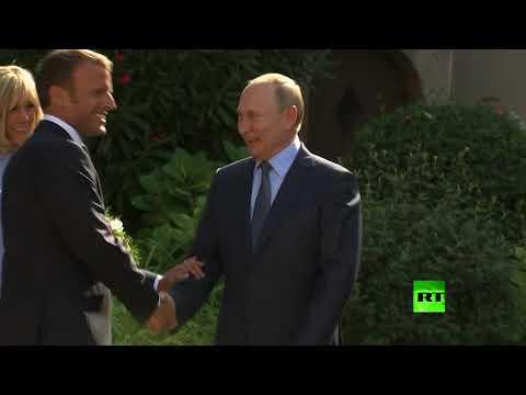 شاهد.. بوتين يهدي باقة زهور لـ زوجة الرئيس الفرنسي لدى استقبال ماكرون له في  قلعة بريغانسون  - نشر قبل 31 دقيقة