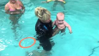 Малыш ныряет в бассейне-Обучение плаванию в бассейне в Минске для детей (Курсы,Секция,занятия)