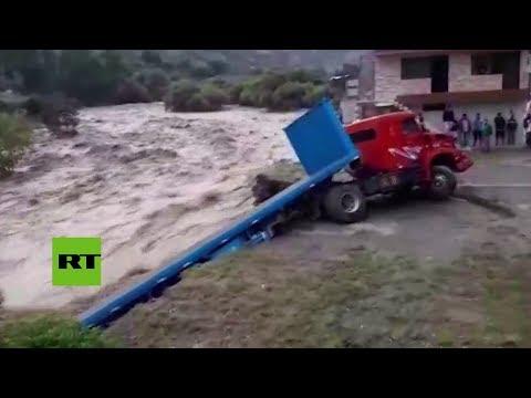 Fuertes inundaciones arrasan camiones en el centro de Perú