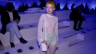 Zapętlaj Lachlan Watson and more front row for the Courreges Fashion Show in Paris | Access Video TV