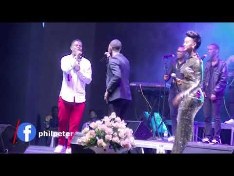 Benshi bashimishijwe na Melodie wazamuye Mbonyi kuri stage bakaririmbana