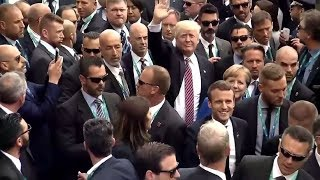 «Улыбаемся и машем»: как Трамп, Макрон и Трюдо пытались привлечь внимание толпы
