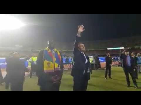 """No dia da """"greve geral"""", Bolsonaro vai ao jogo do Brasil e é ovacionado pela torcida"""