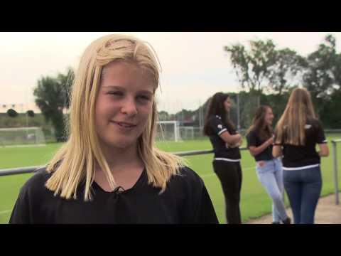 Nederlandse kinderen helpen de Engelse voetbalvrouwen