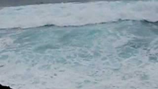 波浪警報の出ている海