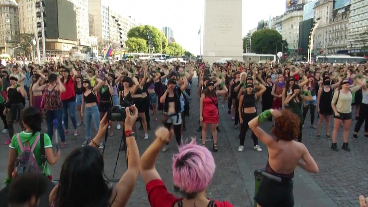 """El violador eres tú"": el flash mob feminista viral de Chile se extiende a la Argentina"