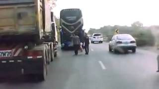 Repeat youtube video รถบัส VS รถพ่วง ปาดกันแถวสามแยกพุแค สระบุรี