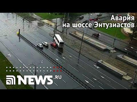 Туристический автобус врезался в столб на шоссе Энтузиастов в Москве
