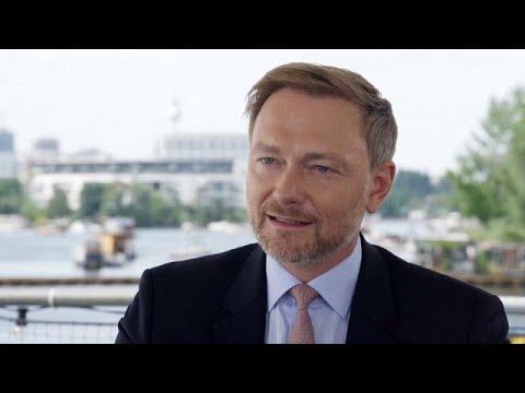 شاهد: كريستيان ليندنر و-كعكة الحظ- في الانتخابات الفيدرالية الألمانية…