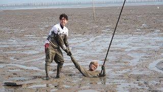 広大な干潟でムツゴロウ漁