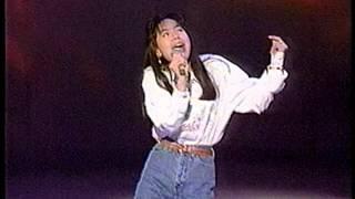 アイドル時代の桜井幸子さんがデビュー曲「ともだちでいようよ」を熱唱。