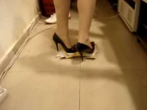 сайте берётся красивой ножкой раздавила таракана фото движением