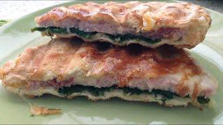 Чиабатта с сыром и ветчиной в гриле. Горячий бутерброд.