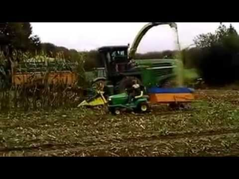 ensilage avec une vrai ensileuse avec un tracteur tondeuse john deere youtube. Black Bedroom Furniture Sets. Home Design Ideas