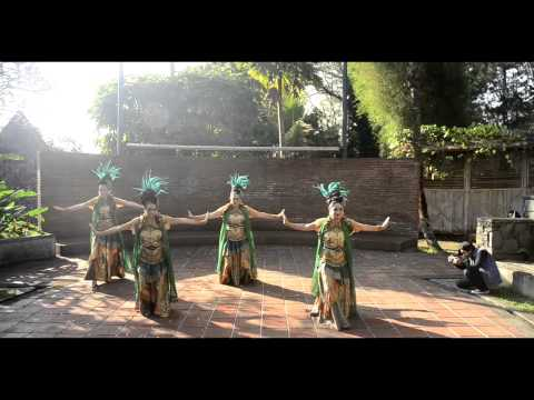 Sundanese Dance - Jaipong Kembang Tanjung [Sukarsa Nusantara 2014 Summer School]