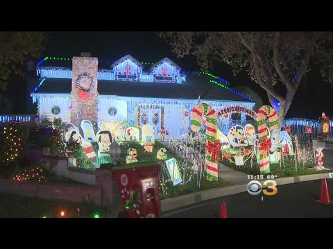 Craig Stevens - Does Putting Up Christmas Decorations Early Make You Happier?