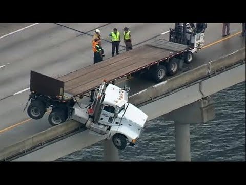 شاهد: شاحنة تتدلى من أعلى جسر بعد انزلاقها في فلوريدا  - نشر قبل 6 ساعة
