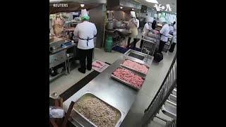 泰国厨师免费为受疫情影响社区烹饪四万份午餐