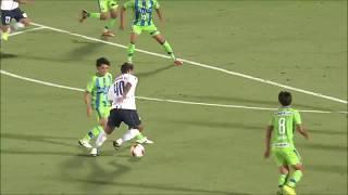 敵陣でパスを受けたレアンドロ ドミンゲス(横浜FC)がドリブルで持ち運...