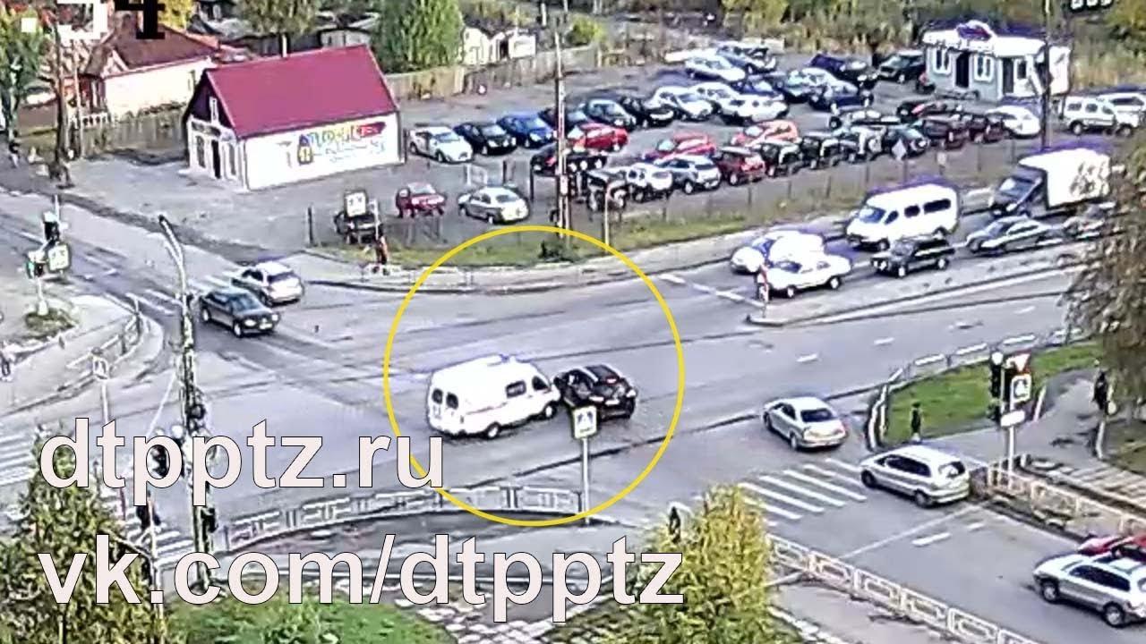 На улице Чапаева столкнулись автомобиль Скорой помощи и кроссовер