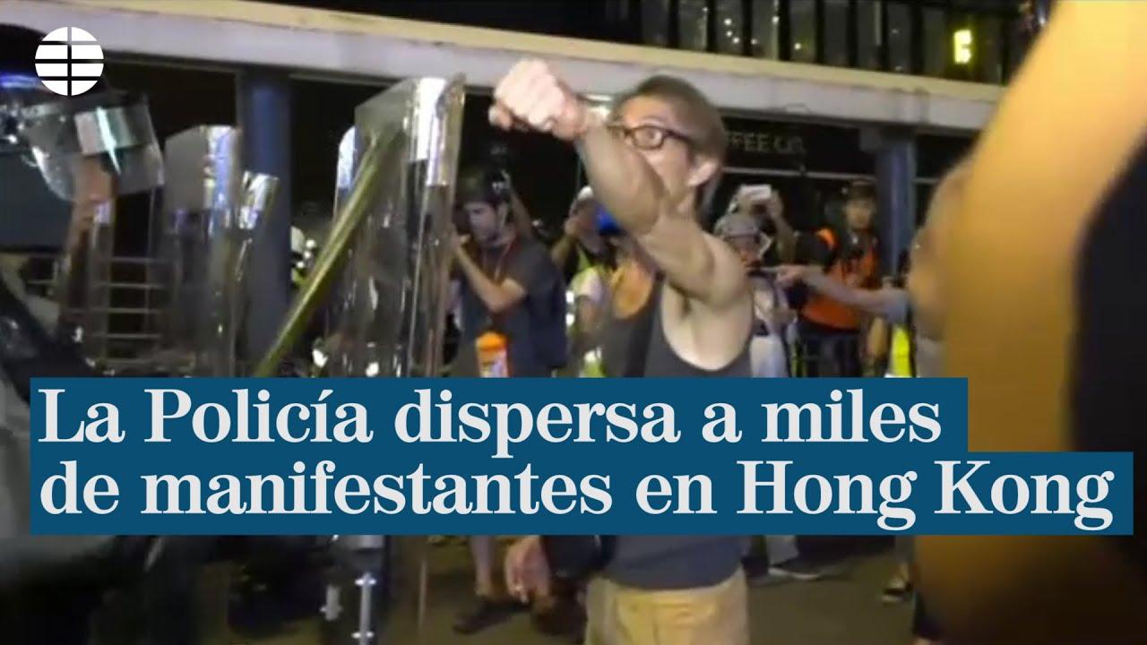 La Policía dispersa a miles de manifestantes en Hong Kong