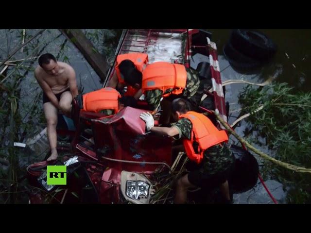 Un conductor cae al río con su camión y queda atrapado