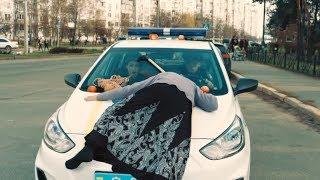 Как полицейские сбили бабушку — На троих — 39 серия