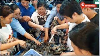 Buffet hải sản rẻ nhất Sài Gòn, dùng tay bốc, hốt tôm càng xanh mới có ăn