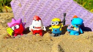 Маша лепит фигурки из песка и находит там игрушки. Masha playing with Sand molds