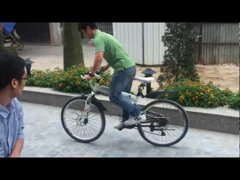 Trẻ trâu Hà Nội bốc đầu xe đạp
