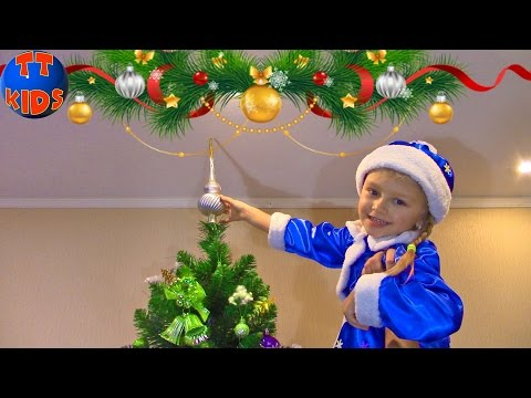 Ярослава ждет Деда Мороза и Подарок. Наряжаем Новогоднюю елку. Видео для детей. VLOG Tiki Taki