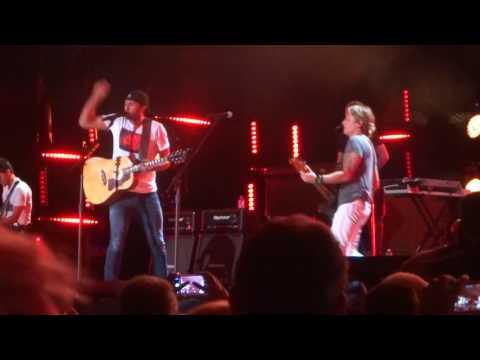 "Luke Bryan and Keith Urban sing ""Fishin' in the Dark"" at CMA Fest"