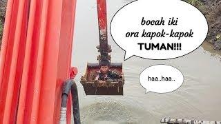 Biar Gak Tuman!! Ngerjain Anak Yg Suka Ganggu Kerja Pake Excavator Lucu Haahaa