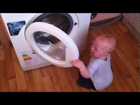 играет со стиральной машиной