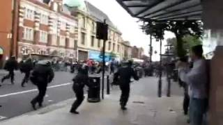 London Riots 2011 - Police dogs charging protesters [HD]