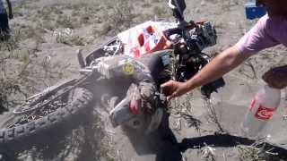ACCIDENTE DAKAR 2014 Dunas Nihuil Se prende fuego moto y piloto #167 Peter Hardy (USA)