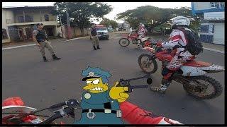 Policia Parando Moto de Trilha CRF 230