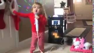 Niña cantando en karaoke