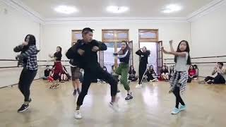 Всё та-же студия танцев. Кыргызы танцуют к-поп.
