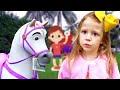 Nastya berpura-pura bermain dengan salon kecantikan boneka Rapunzel