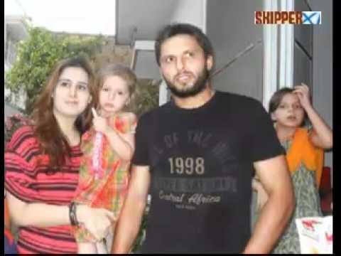 shahid afridi with wife nadia afridi open face