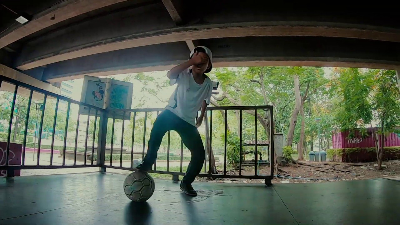 FUTERA Street Football - 11 year old's 'NO LOOK' skills