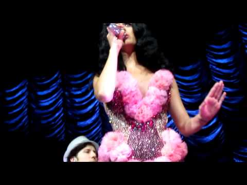 """Katy Perry covers """"Big Pimpin"""" and """"Friday"""" in Detroit, Michigan"""