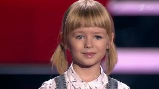 Девочка поет песню Кукушка